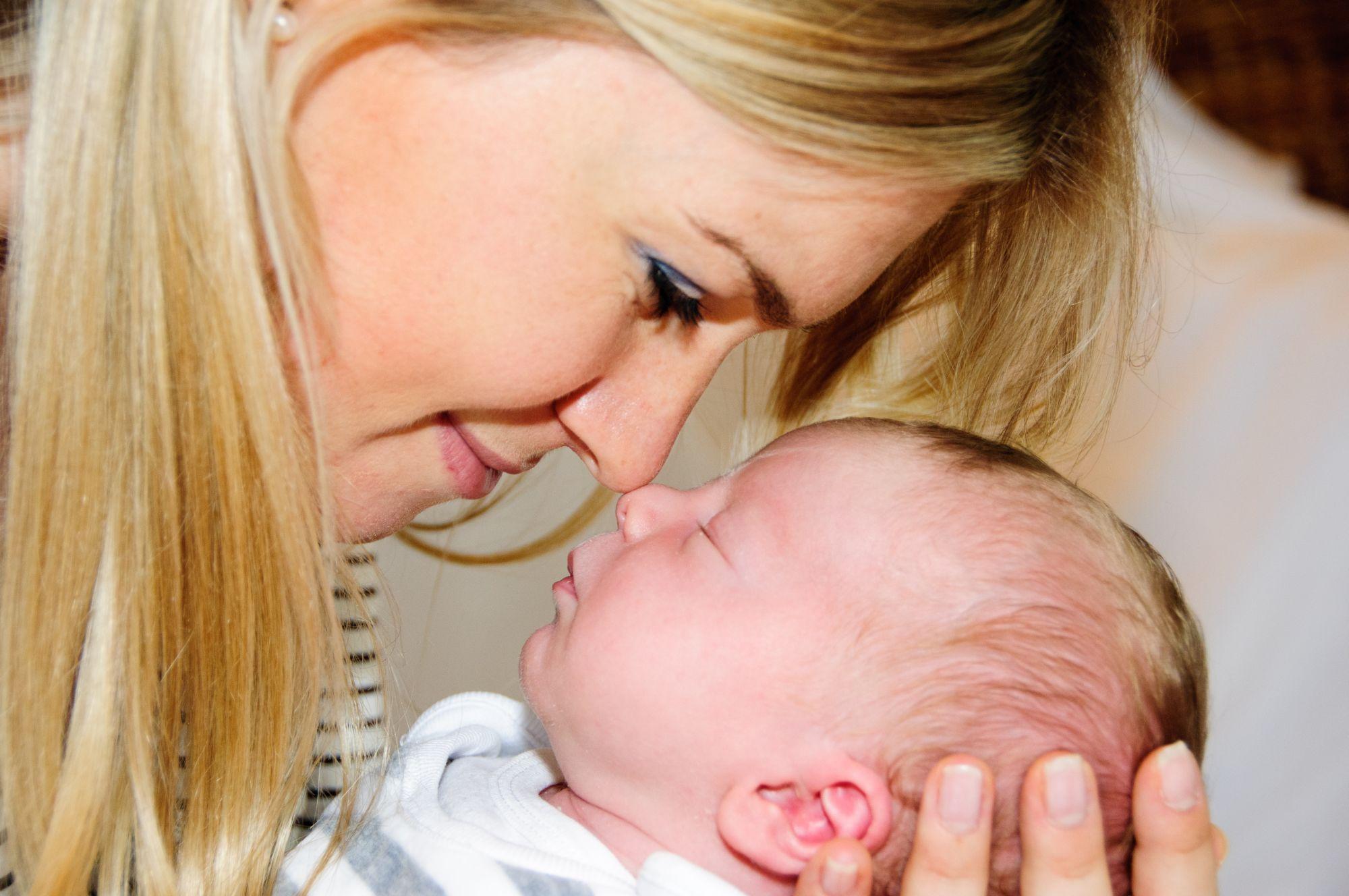 Mutter mit Baby Nase