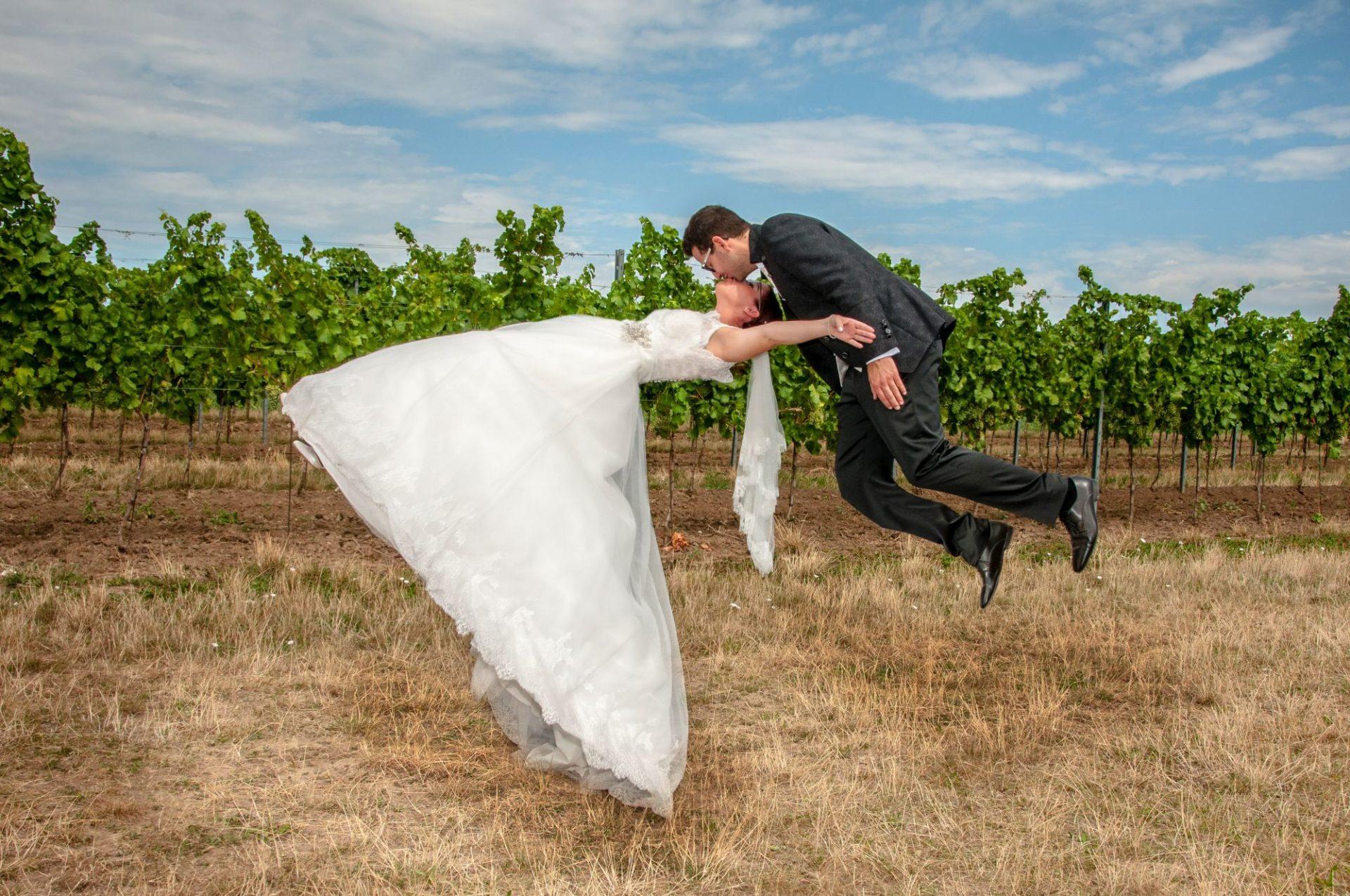 Fotomontage - fliegendes Brautpaar