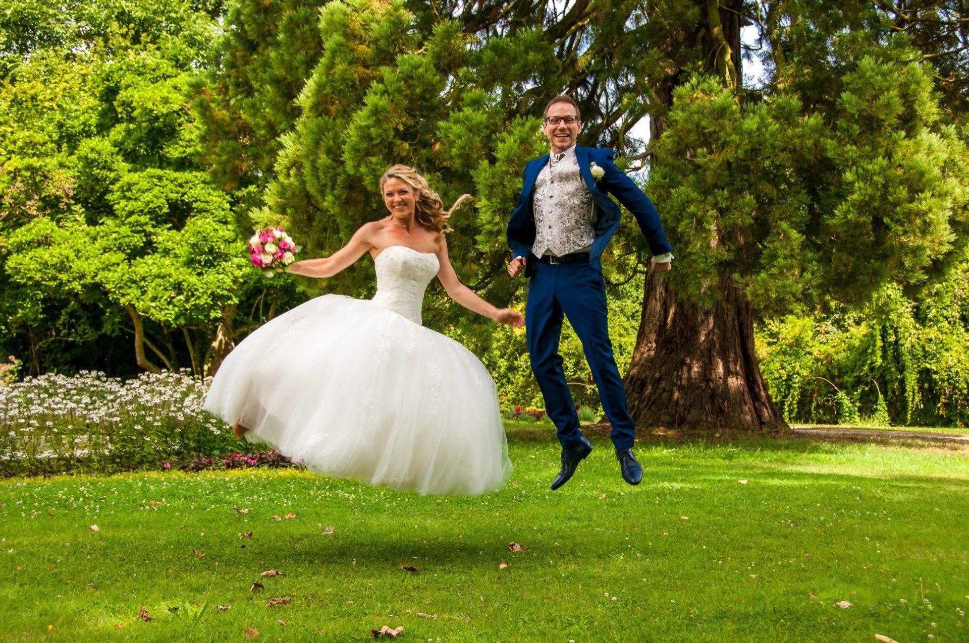 Lustiges Sprungfoto des Brautpaares