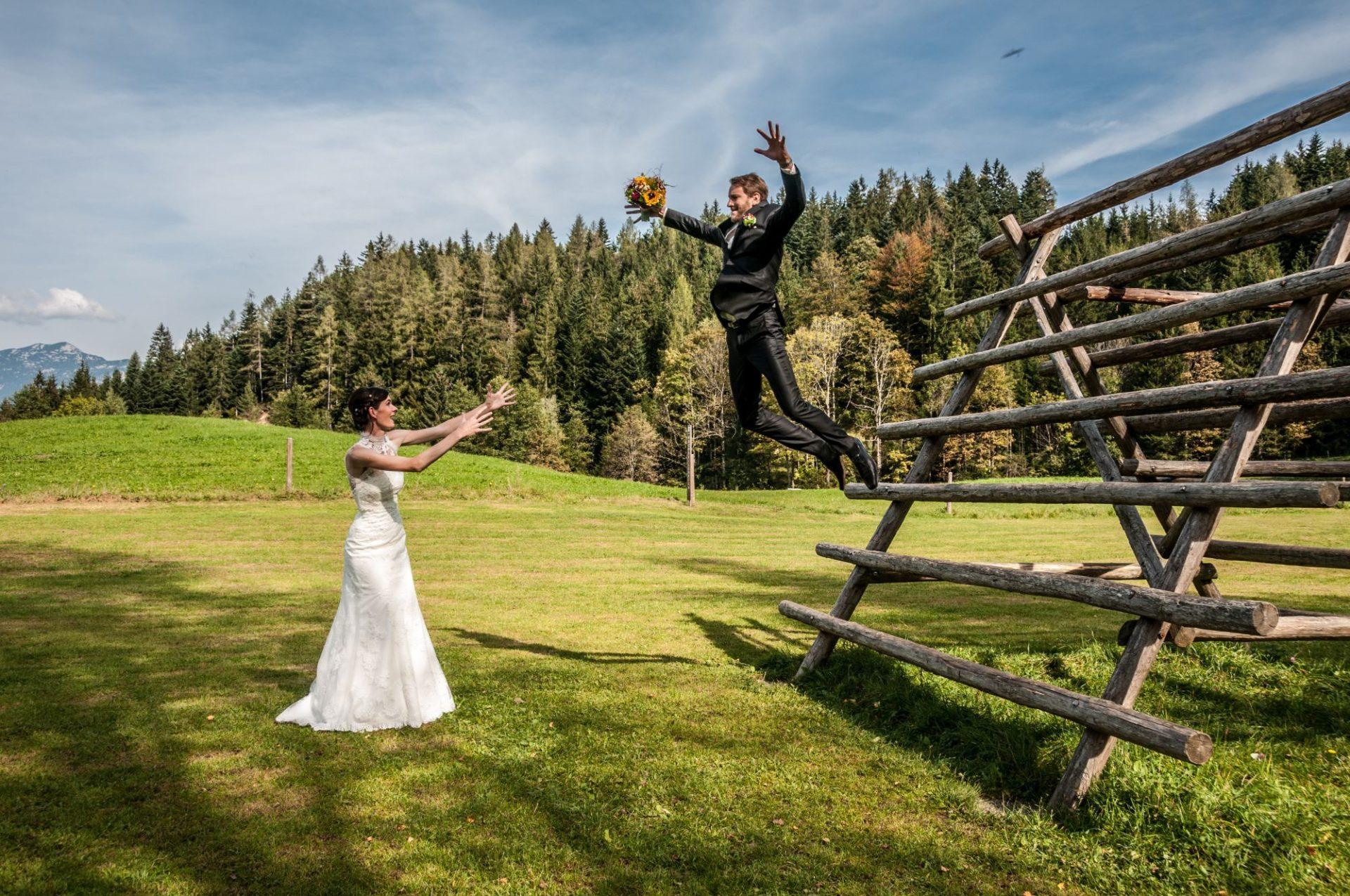 Bräutigam springt von Gerüst