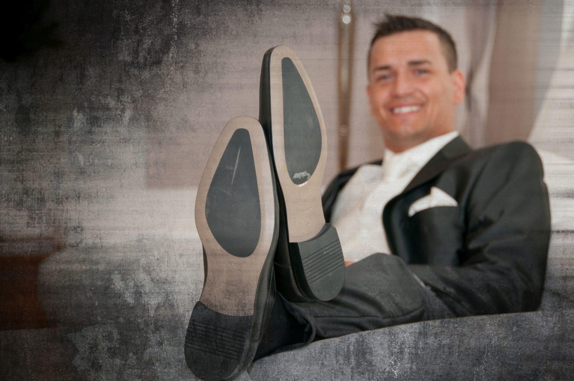 Detailfoto der Schuhe der Bräutigams