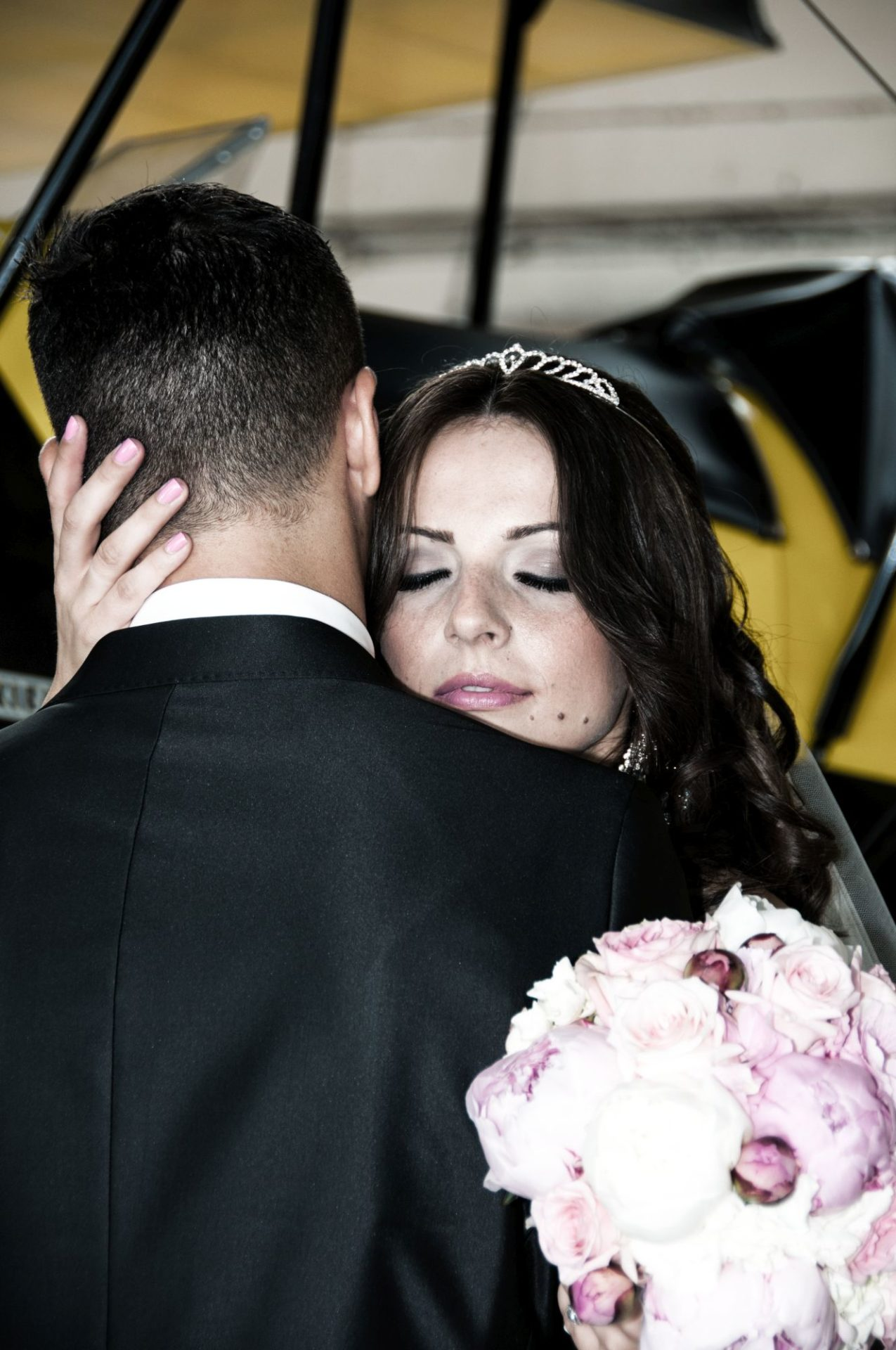 Braut auf Flugplatz