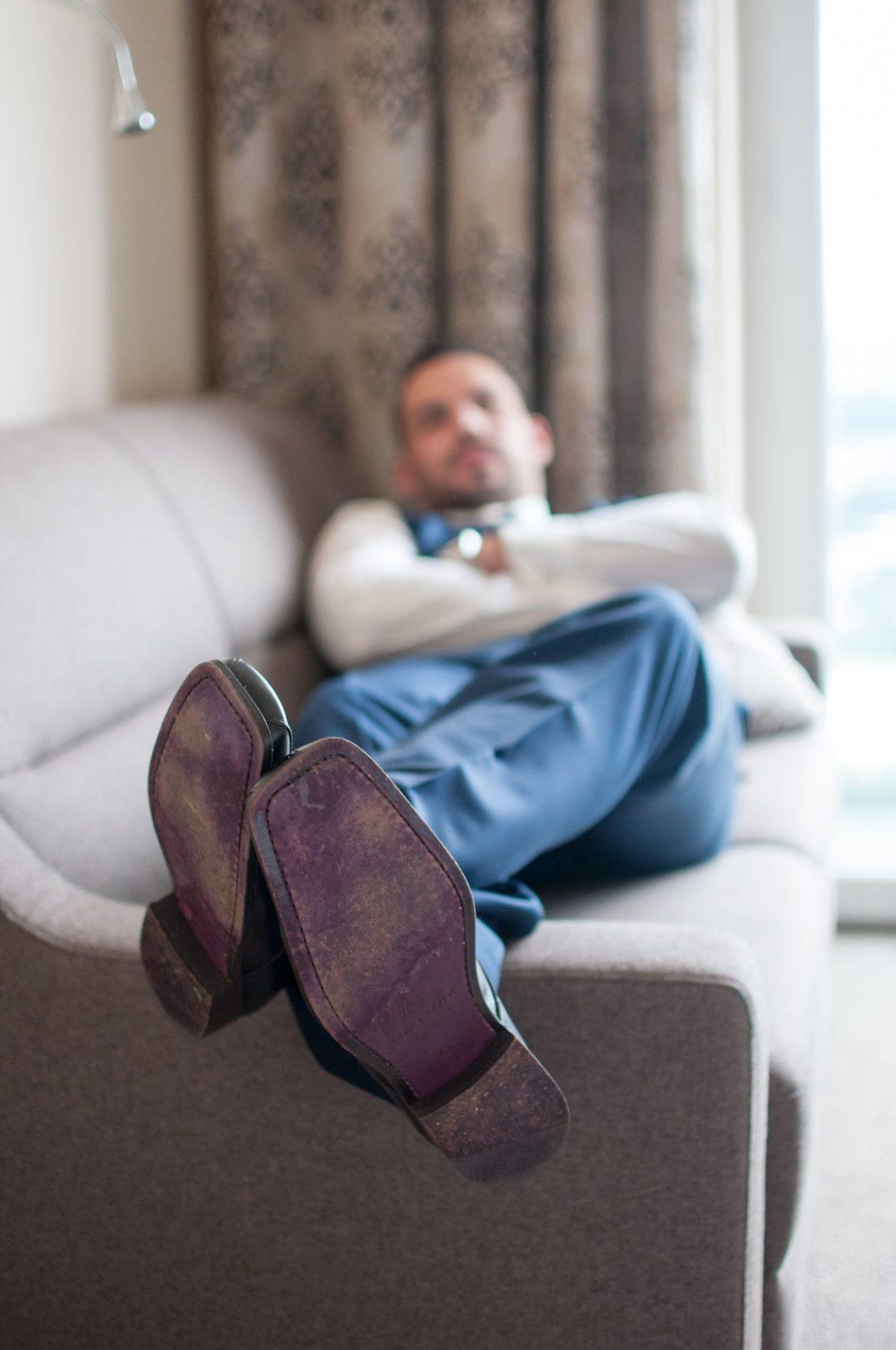 Detailfoto der Schuhe des Bräutigams