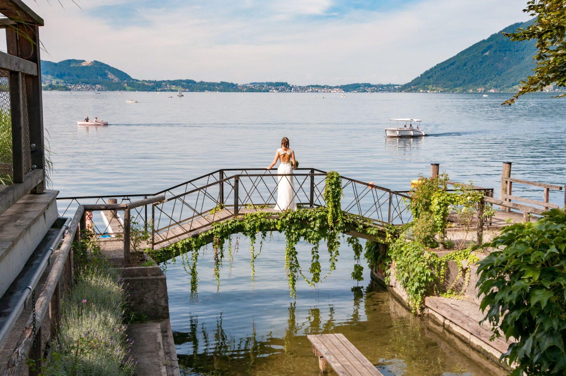 Braut auf Brücke am Traunsee