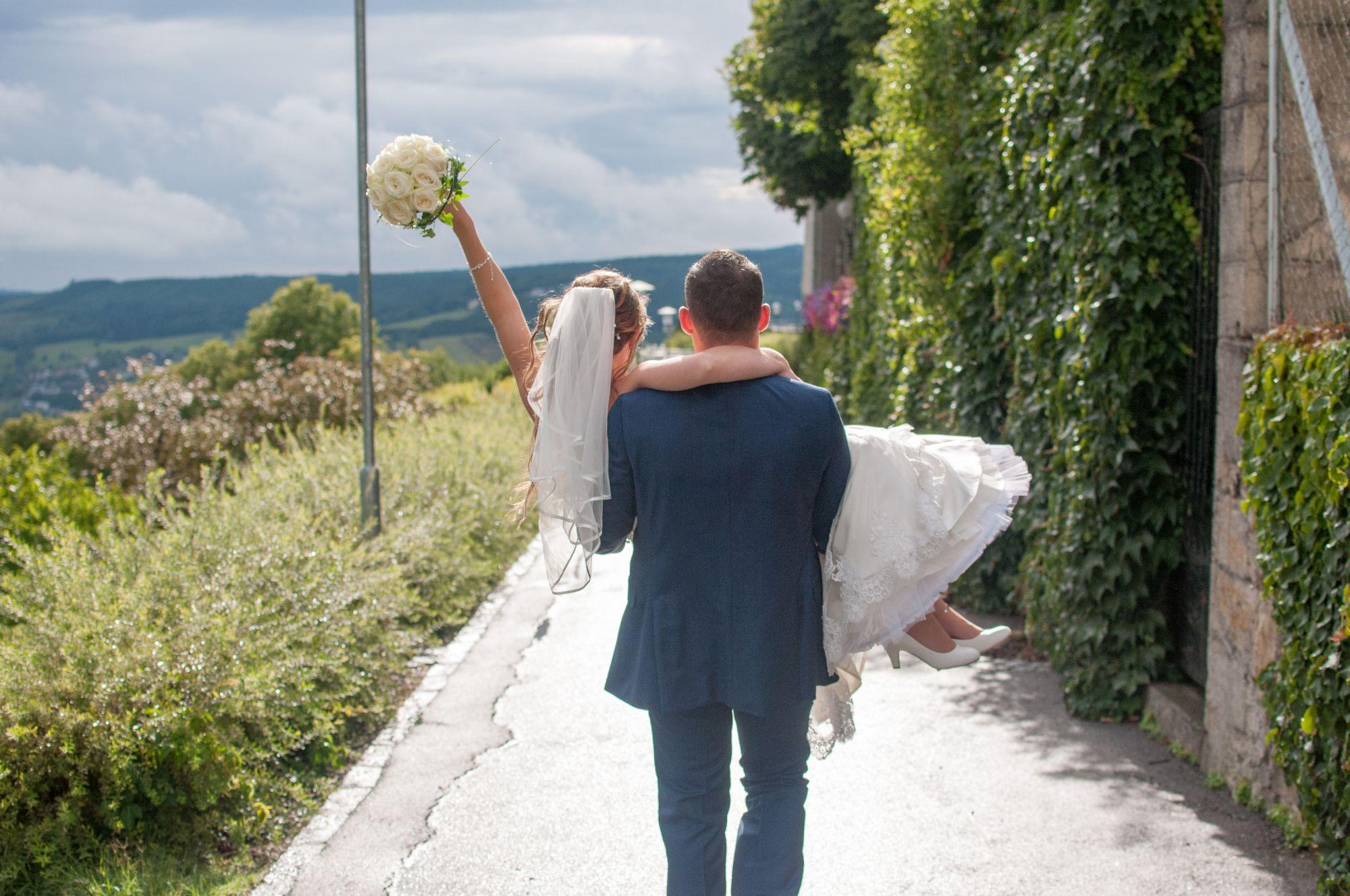 Braut wird getragen und jubelt