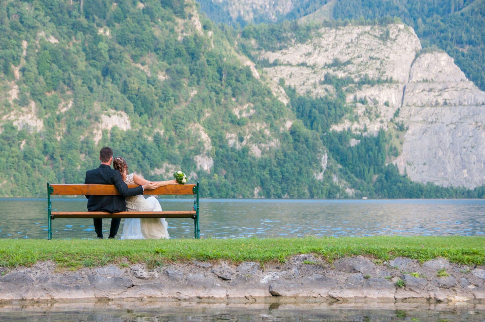 Paar auf Bank von dem Traunsee