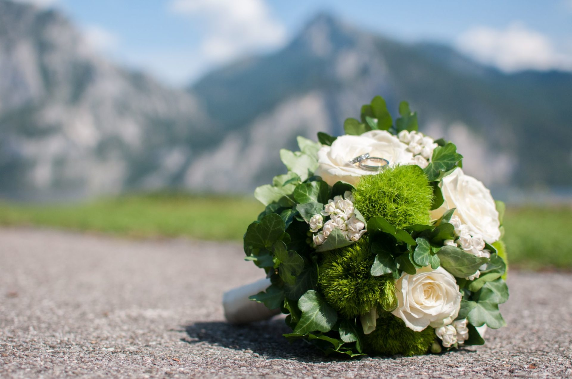 Brautstrauß vor Gebirge