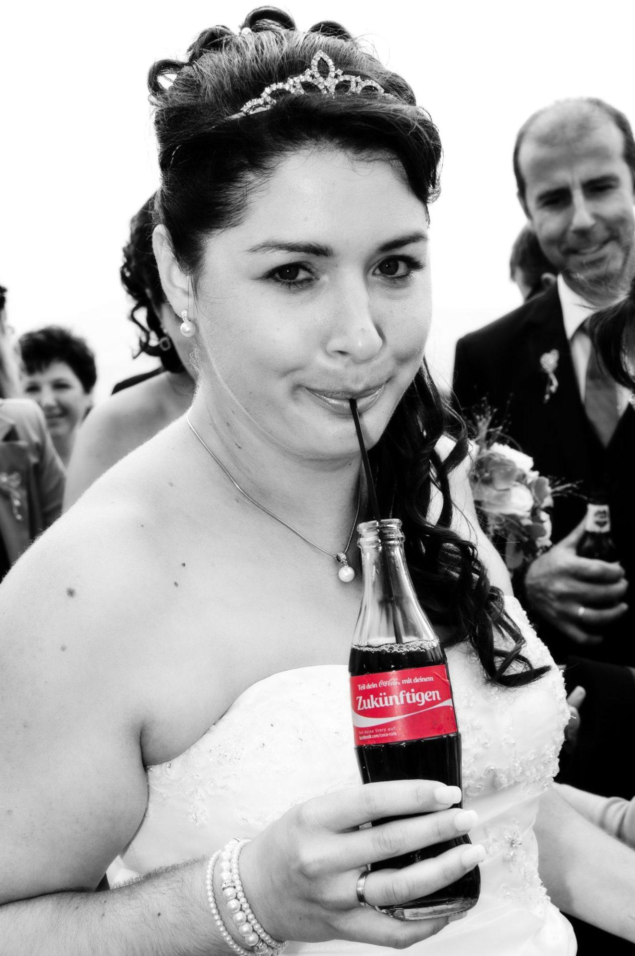 Braut mit Cola