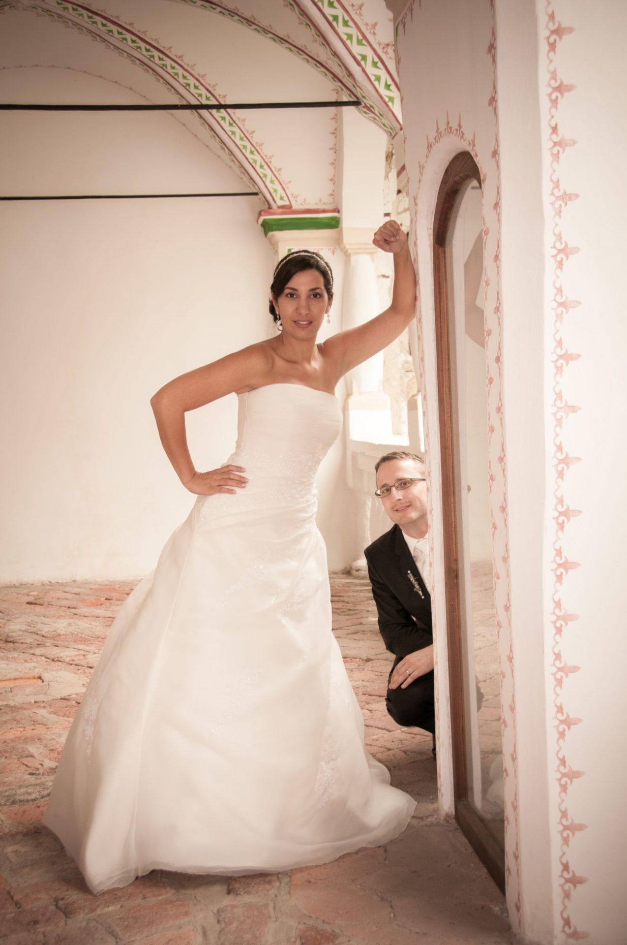 Brautpaar in Arkade von Schloss