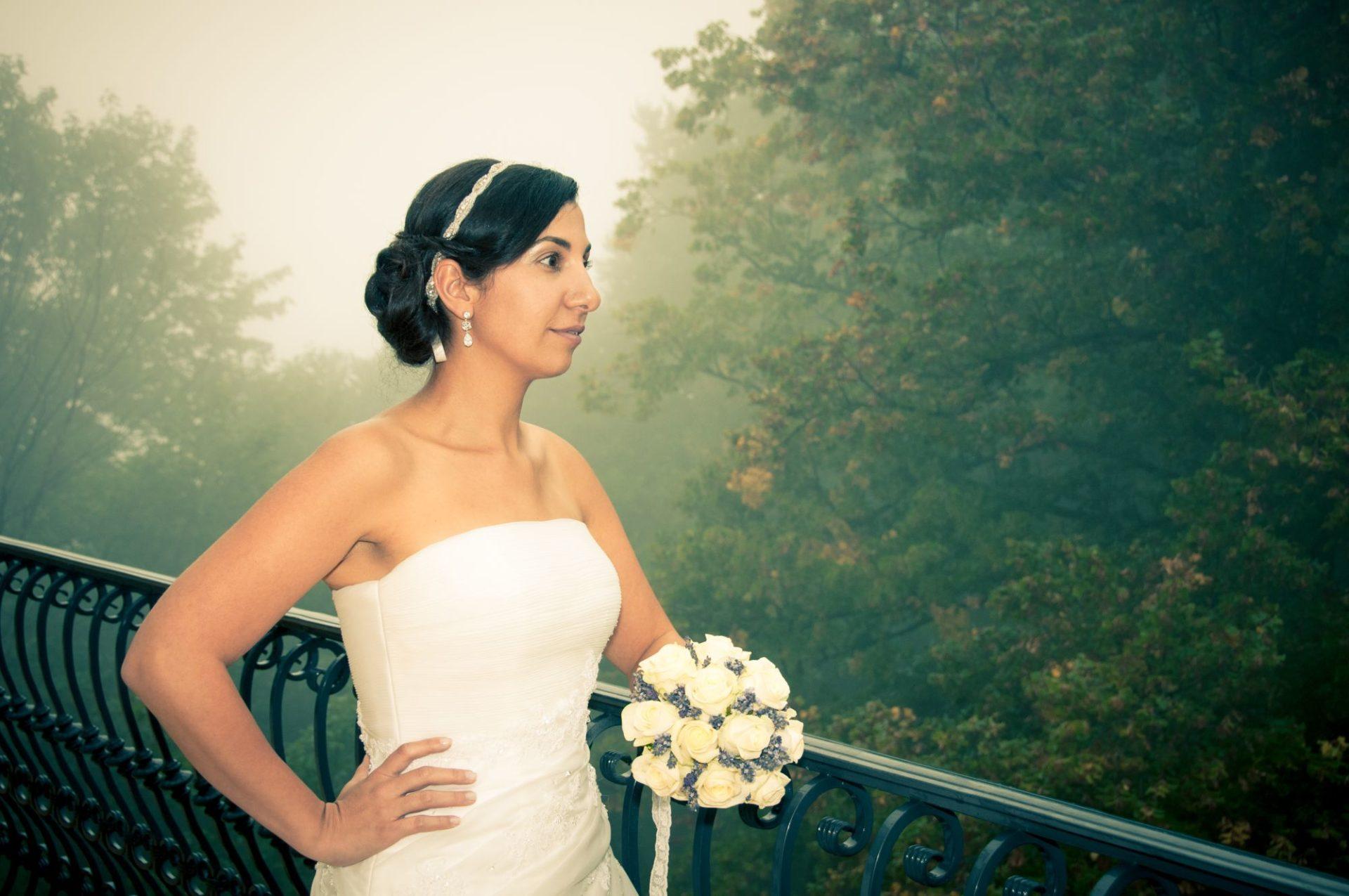 Braut vor Nebel
