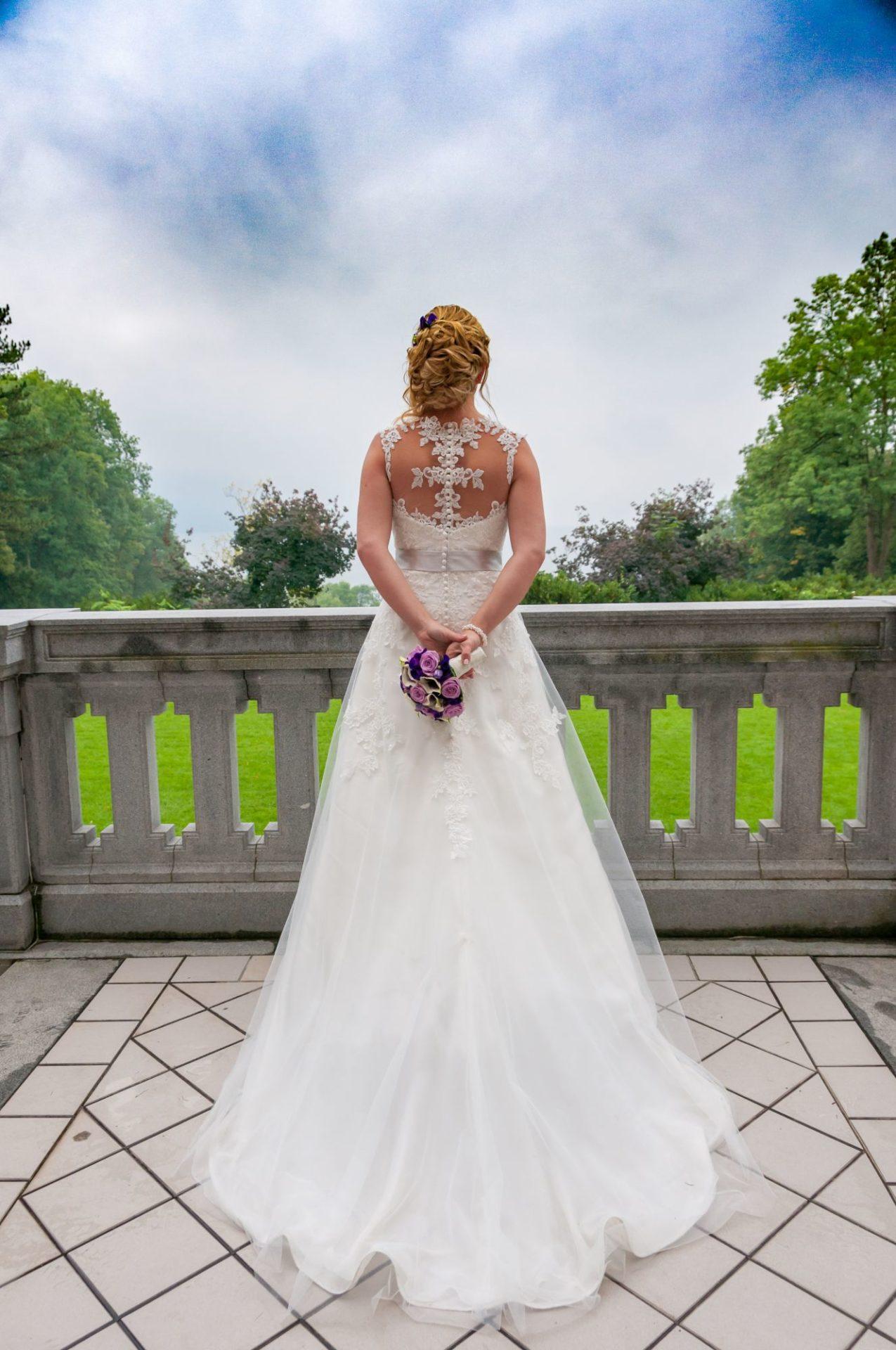 Braut mit Strauß hinter dem Rücken