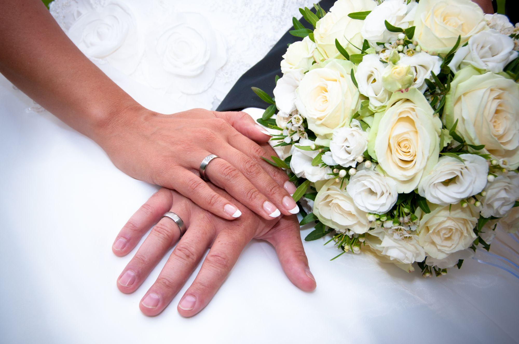 Hände des Brautpaares