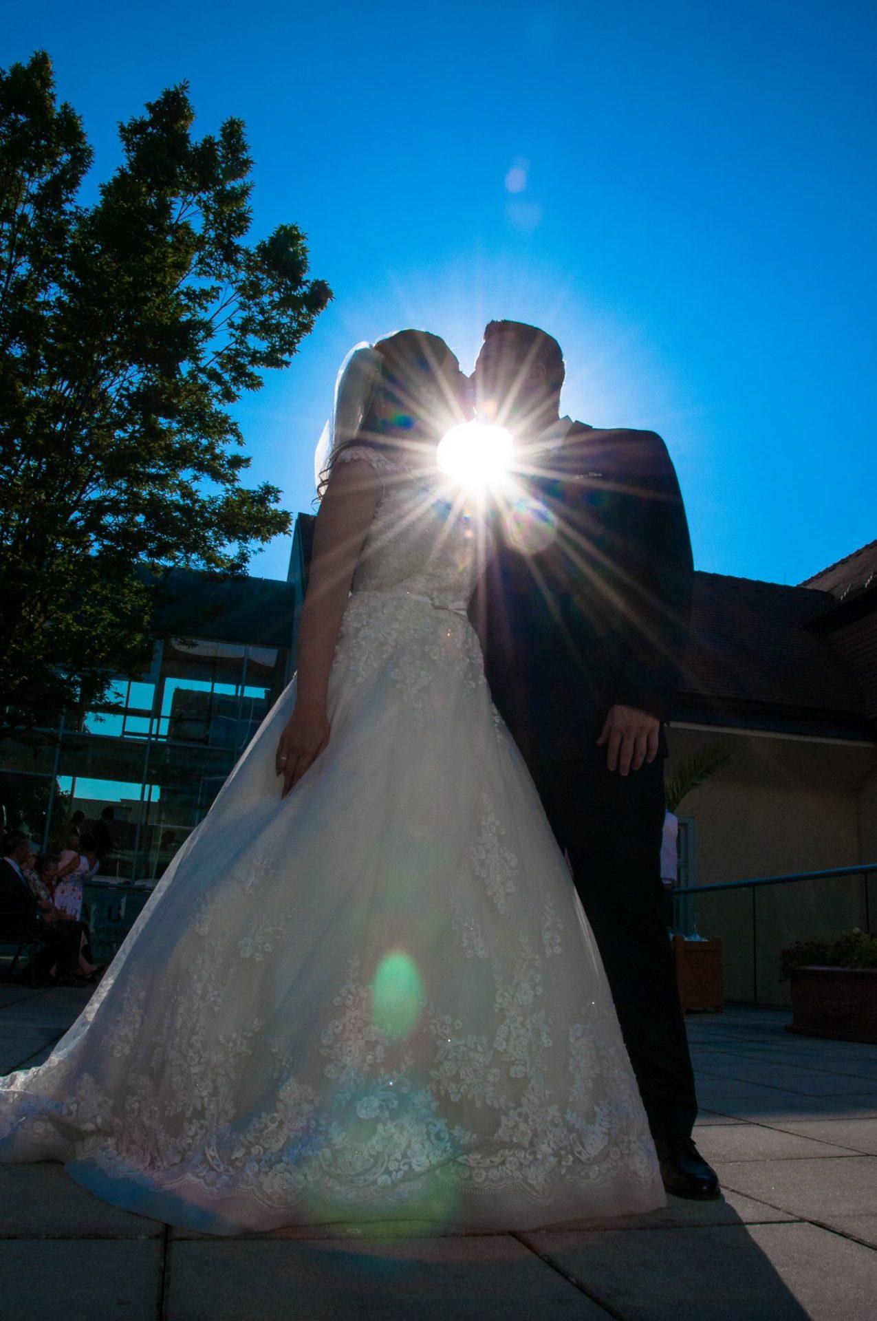 Kussfoto gegen die Sonne