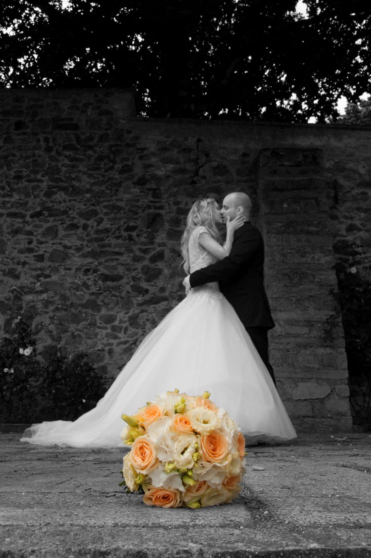 Paar Kuss Brautstrauß