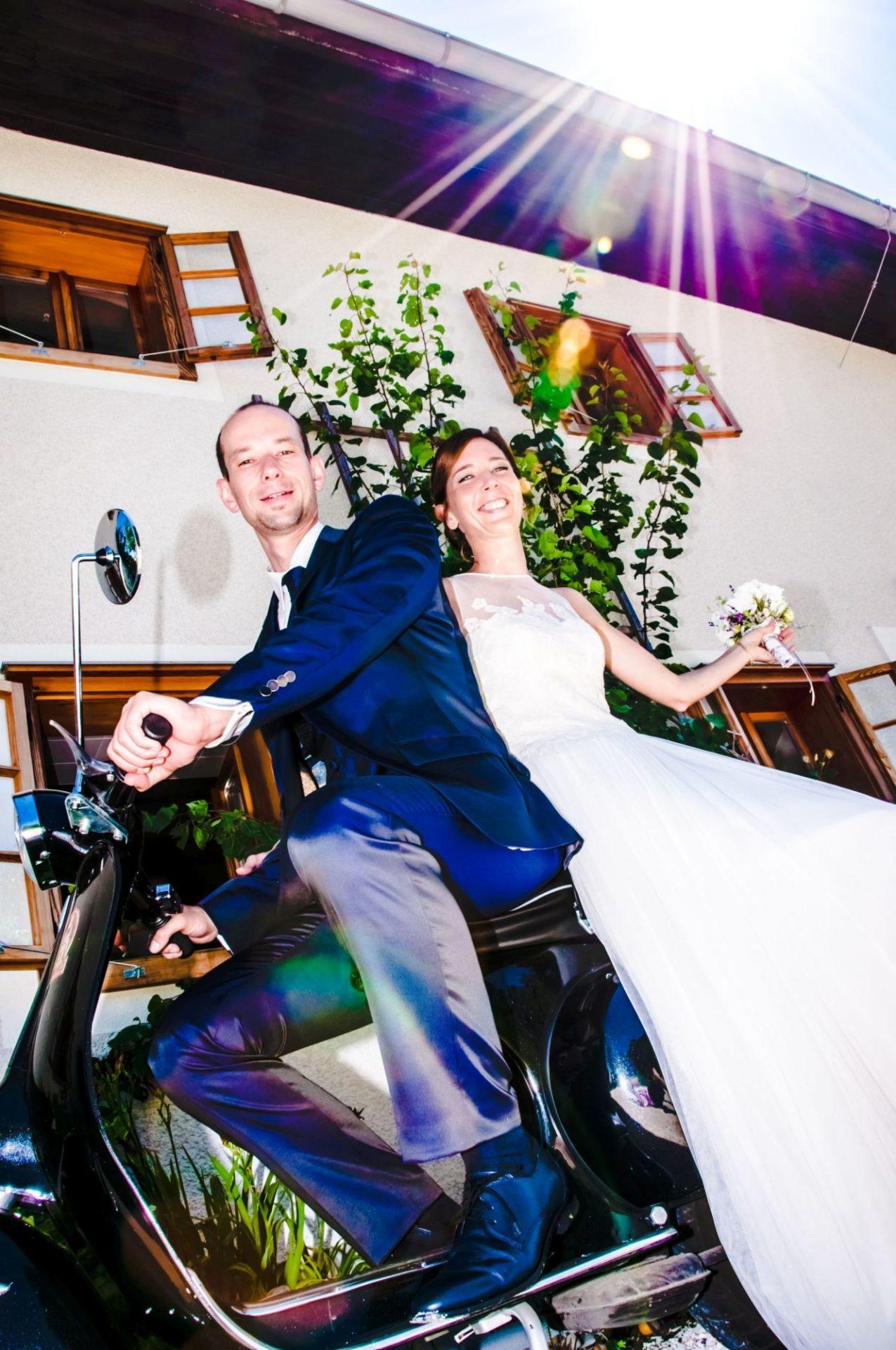 Brautpaar auf alter Vespa