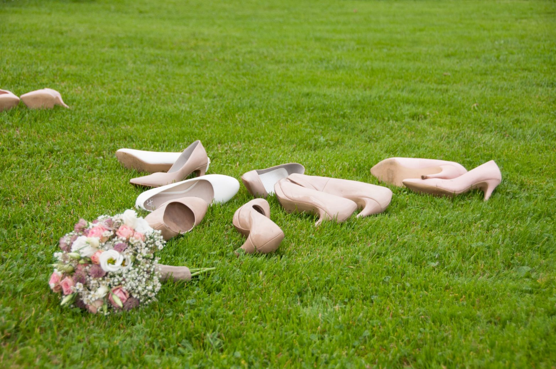 Brautstrauß und Schuhe im Gras