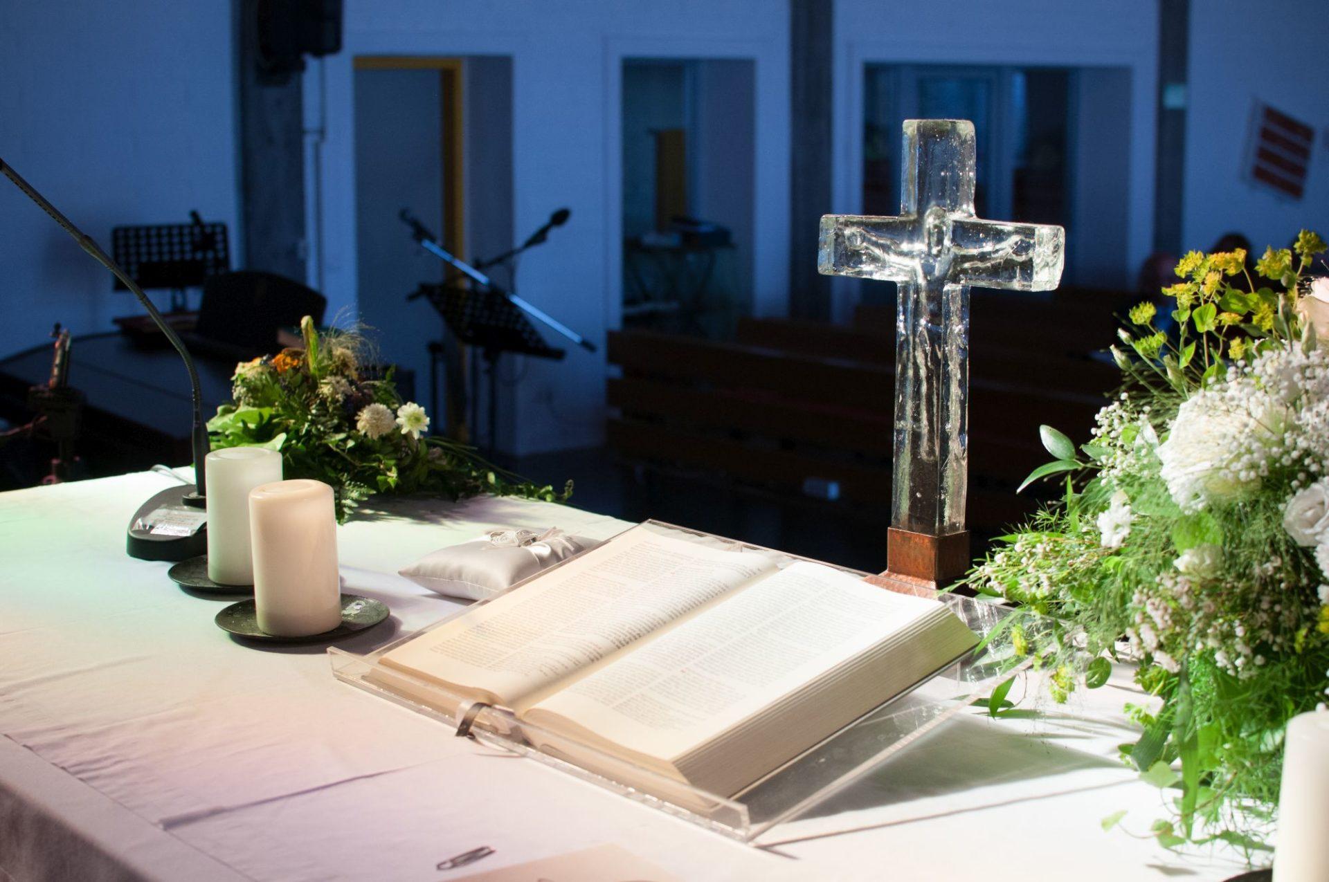 Dekoration Kirche Kreuz Bibel