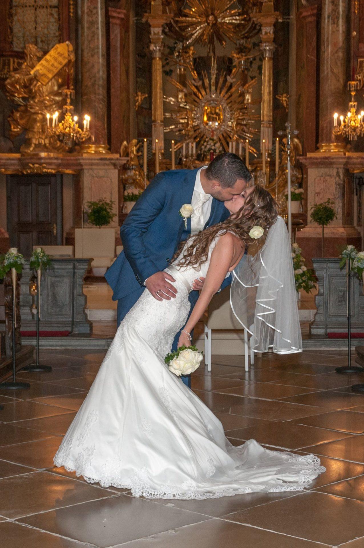 Brautkuss in der Kirche