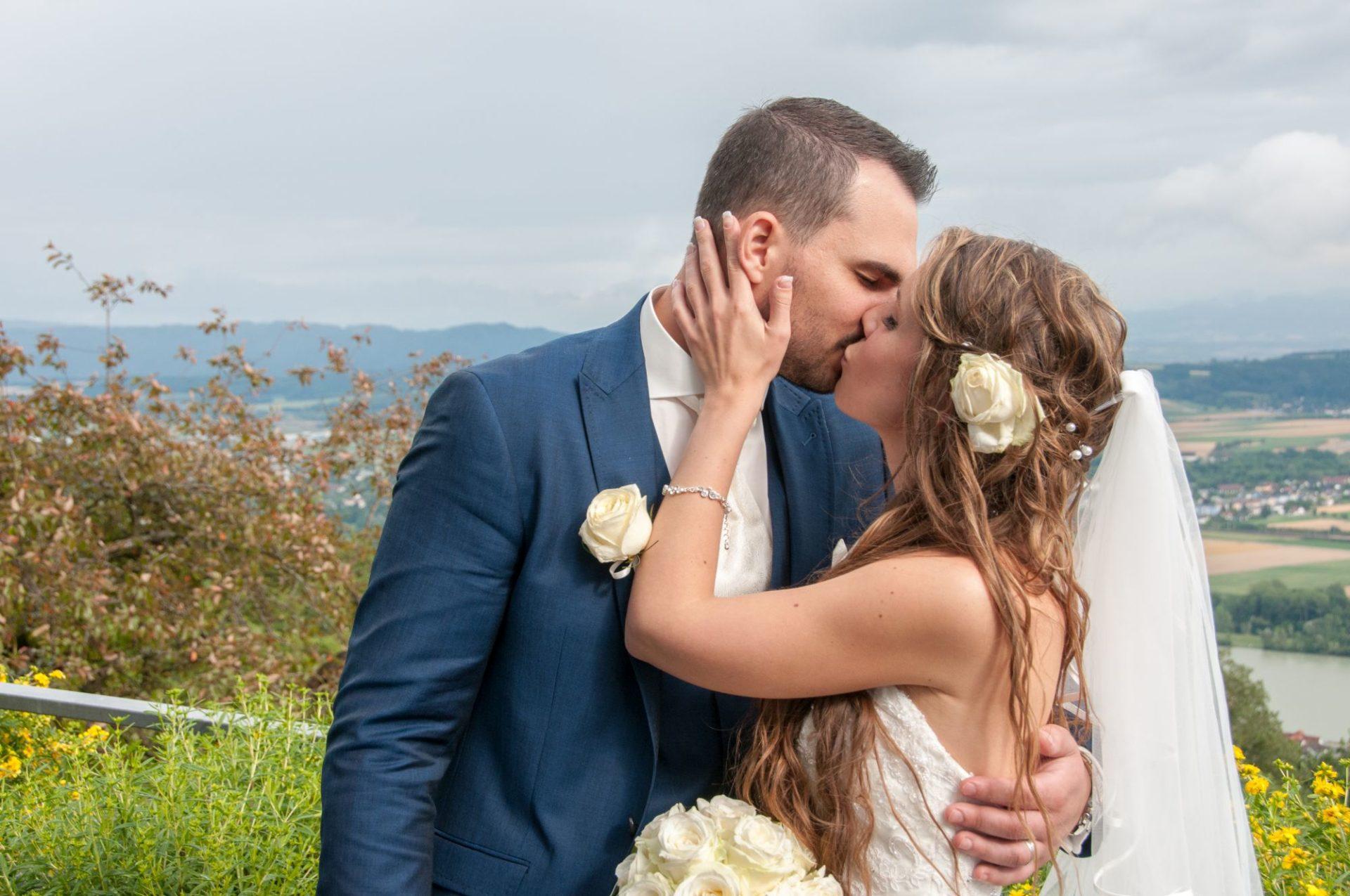 romantischer Brautkuss