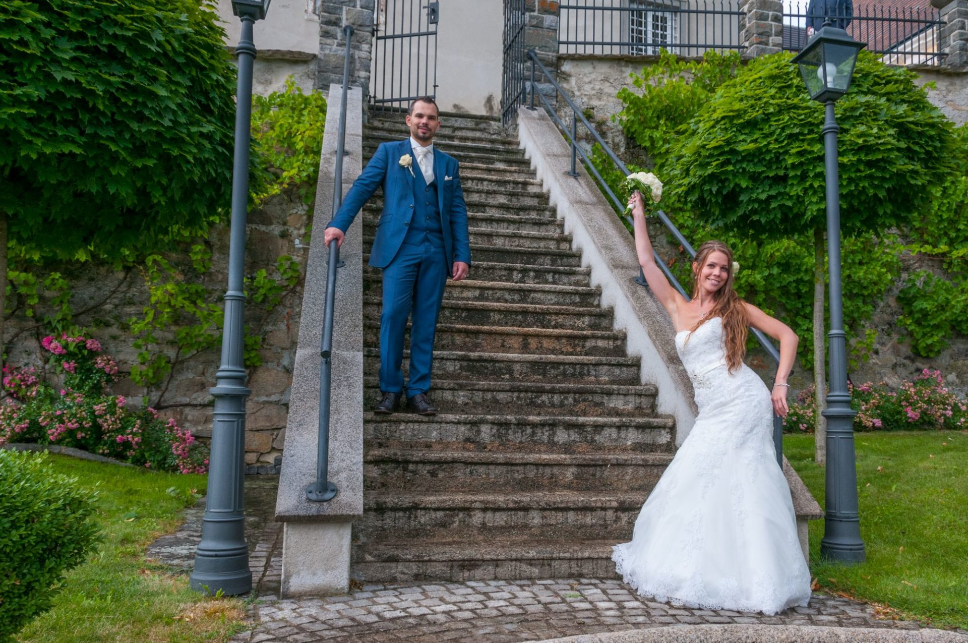 Braut posiert vor Treppe