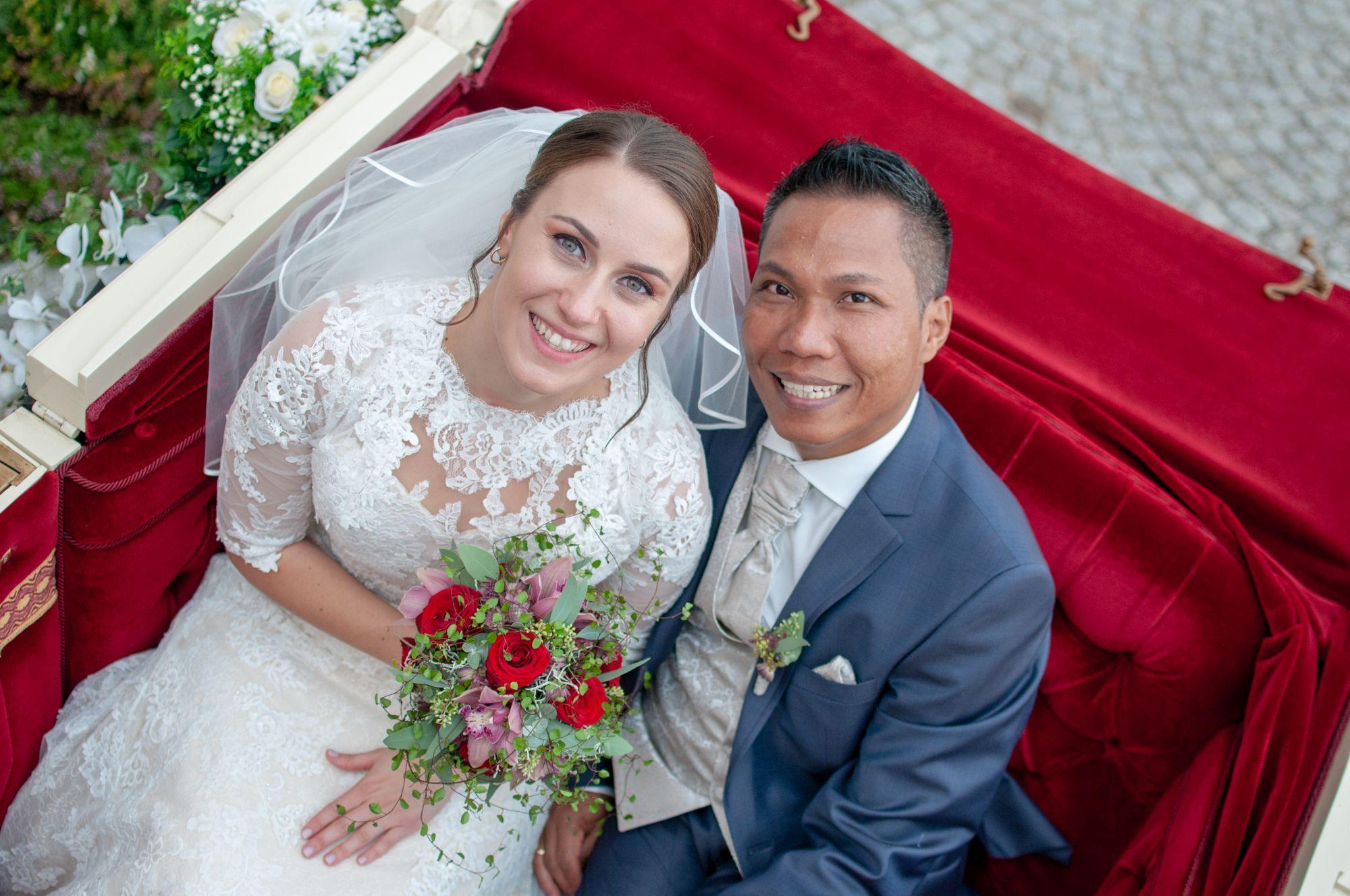 Brautpaar in Kutsche