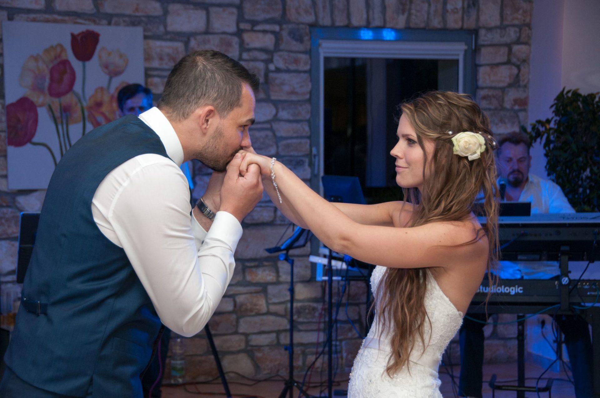 Bräutigam küsst Braut die Hände