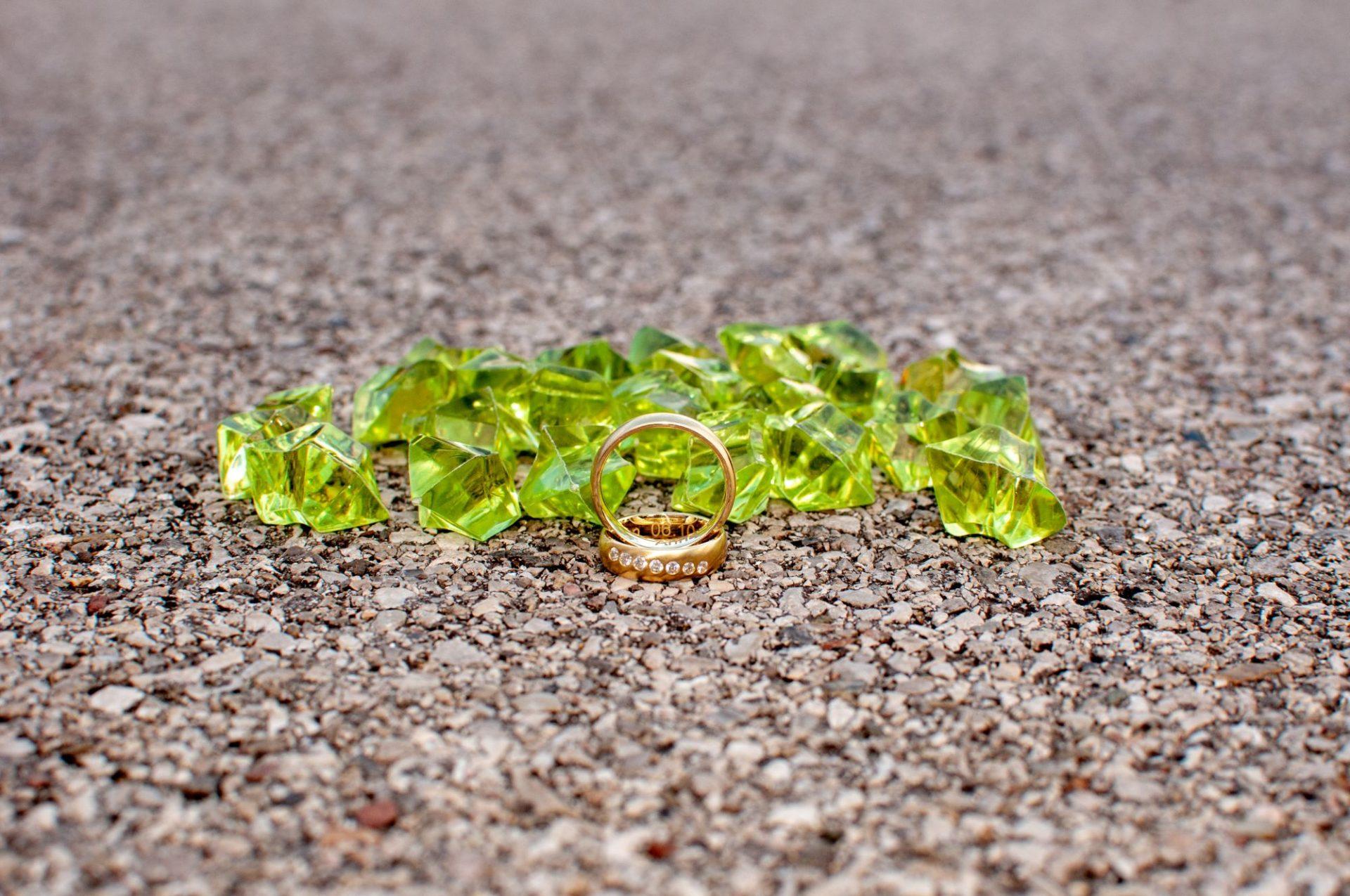 Ringfotos mit grünen Kristallen